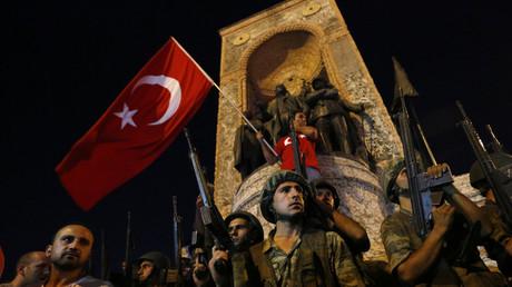 عسكريون أتراك في ميدان تقسيم باسطنبول ليلة محاولة الانقلاب على السلطة.