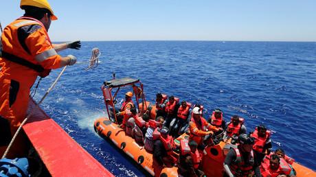 """سفينة """"فوس هستيا"""" تابعة لمنظمة """"أنقذوا الأطفال"""" تقوم بإغاثة مهاجرين قرب السواحل الليبية."""
