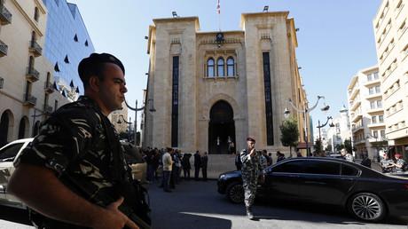 أحد عناصر قوات الأمن أمام مبنى البرلمان اللبناني في بيروت