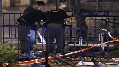 أفراد من الشرطة الإسرائيلية في مهمة بمكان هجوم في القدس