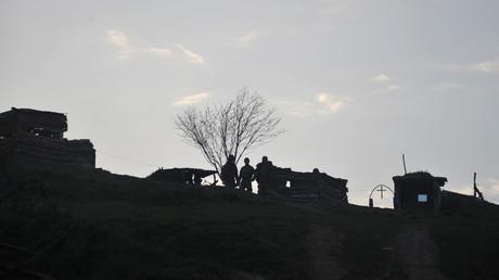 عسكريون أرمن على خط الدفاع لقوات جمهورية ناغورني قره باخ غير المعترف بها دوليا