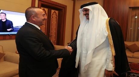 وزير الخارجية التركي مولود جاويش أوغلو وأمير قطر الشيخ تميم بن حمد آل ثاني