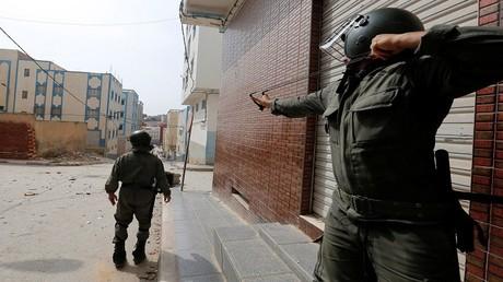 عناصر من شرطة مكافحة الشغب يواجهون المتظاهرين في بلدة إمزورين بالمغرب