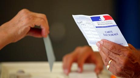 مواطن فرنسي يصوت في الجولة الثانية من الانتخابات البرلمانية الفرنسية في مركز اقتراع بمارسيليا.