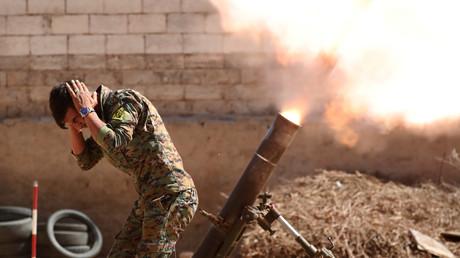 """عنصر من """"قوات سوريا الديمقراطية"""" في ريق الرقة"""