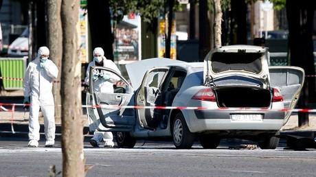 تفتيش السيارة التي صدمت دورية للشرطة في باريس