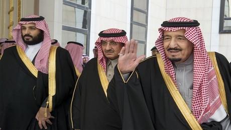 أرشيف - الملك السعودي سلمان بن عبد العزيز وولي العهد الأمير محمد بن سلمان والأمير محمد بن نايف