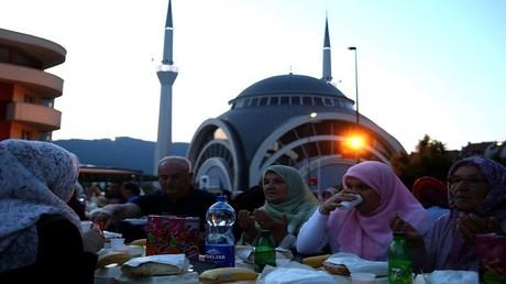 مسلمون من البوسنة يأكلون طعام الإفطار في رمضان - ماغلاي، البوسنة والهرسك، 20 يونيو 2017