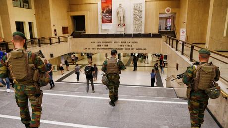 عناصر أجهزة الأمن البلجيكية داخل محطة القطارات المركزية في بروكسل
