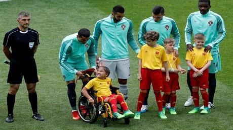طفلة من ذوي الاحتياجات الخاصة تستمتع بلحظة تاريخية مع رونالدو