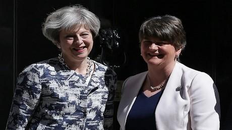 رئيسة الوزراء تيريزا ماي و زعيمة الحزب الديمقراطي الوحدوي أرلين فوستر قبيل بدء المباحثات بينهما اليوم في لندن