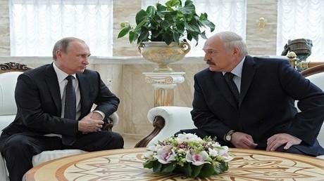 صورة من الأرشيف للرئيسين البيلاروسي ألكسندر لوكاشينكو والروسي فلاديمير بوتين
