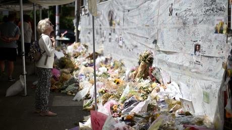 زهور وكتابات تخليدا لضحايا حريق المبنى السكني في لندن