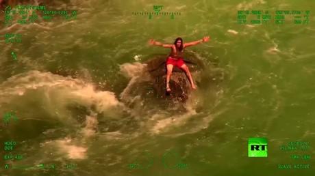 مروحية إنقاذ تنتشل شابا أمريكيا قبل سقوطه من شلال مرتفع
