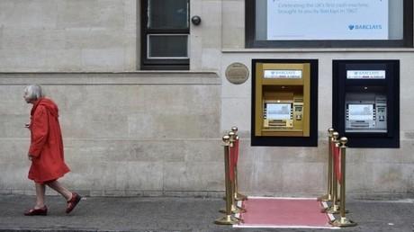 أول صراف آلي بالعالم يكتسي باللون الذهبي