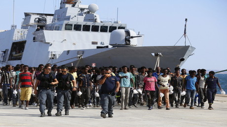 مهاجرون كانوا على متن سفينة إيطالية