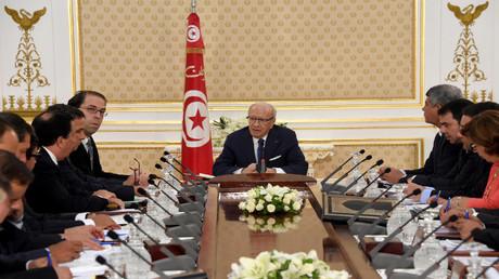 الرئيس التونسي الباجي قايد السبسي يشرف على اجتماع وزاري