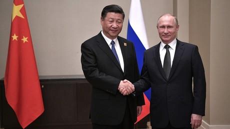 أرشيف – الرئيسان الروسي فلاديمير بوتين والصيني شي جين بينغ
