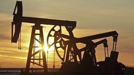النفط يصعد بعد تراجع الإنتاج الأمريكي