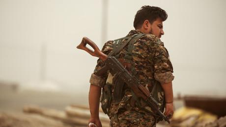 """عنصر من """"وحدات حماية الشعب"""" الكردية في ريف الرقة"""
