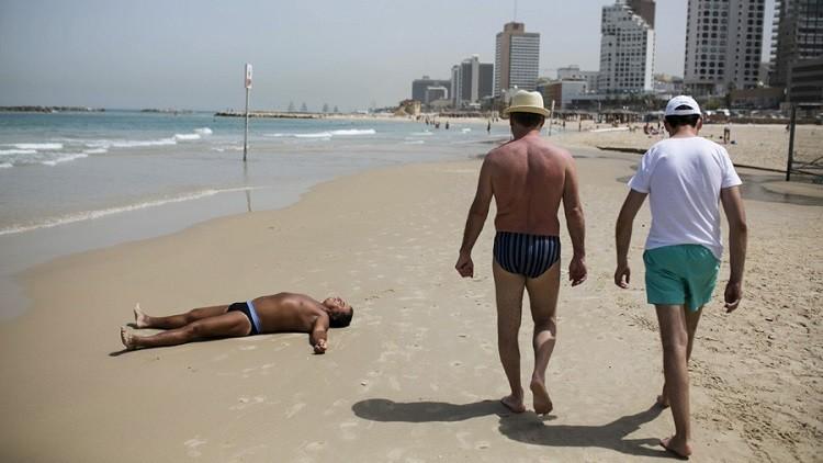 إسرائيل تغرم فلسطينيا لعدم ارتدائه سروال سباحة على الشاطئ