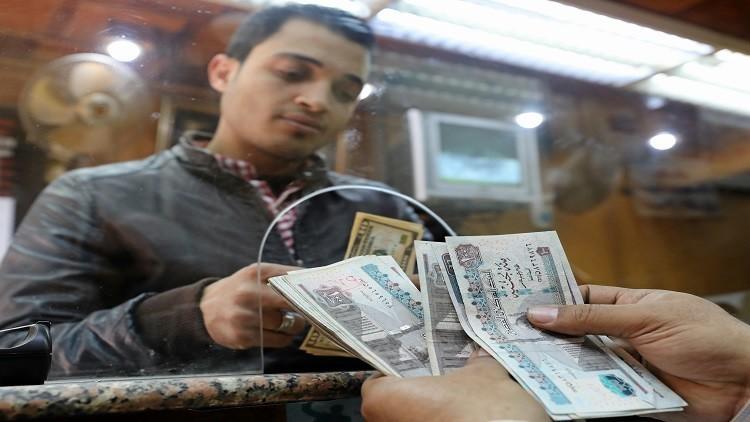 الدولار يهبط في البنوك المصرية لأول مرة منذ مارس
