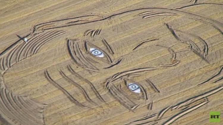 فنان إيطالي يستخدم جرارا ومحراثا لرسم صورة للرئيس الروسي بوتين