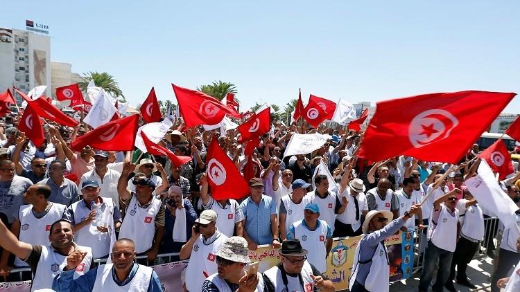رجال الشرطة يتظاهرون أمام البرلمان في تونس