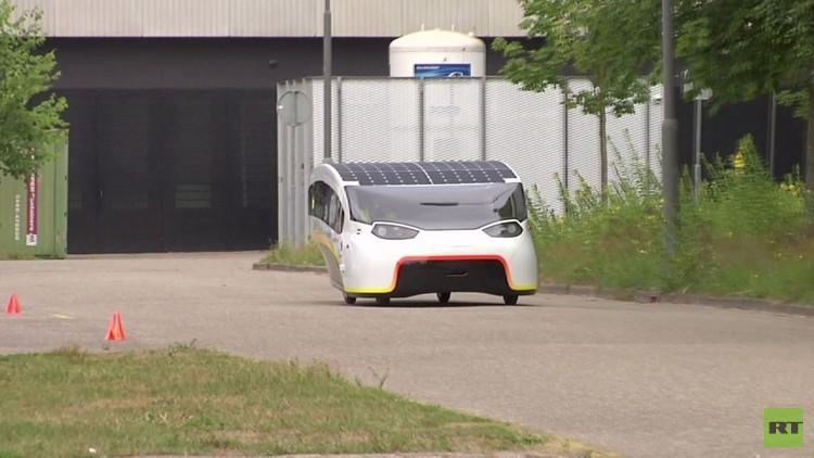 هولندا تعرض أول سيارة سياحية تعمل بالطاقة الشمسية