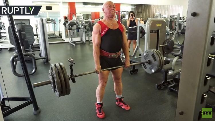 عمره 76 عاما .. ويرفع 210 كيلوغرامات