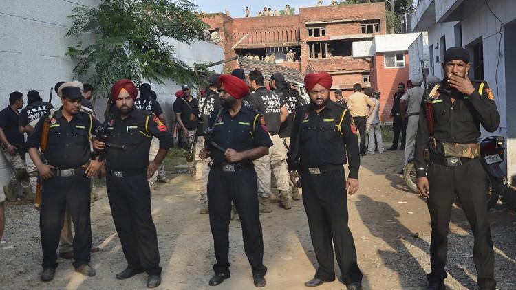 مقتل 3 أشخاص وغرق 5 آخرين بعد انقلاب قاربهم في الهند بسبب السيلفي!