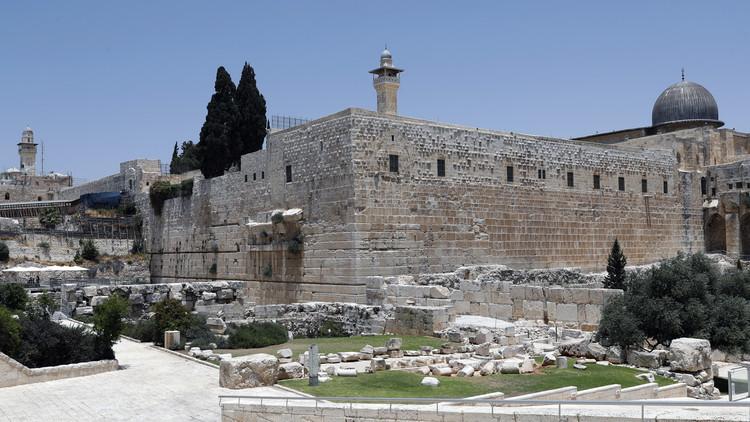 إسرائيل تقرر فتح المسجد الأقصى تدريجيا ظهر الأحد وتفرض إجراءات أمنية جديدة على مداخله