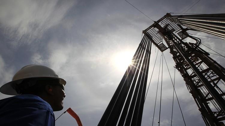 النفط يستهل أسبوع التداولات مرتفعا