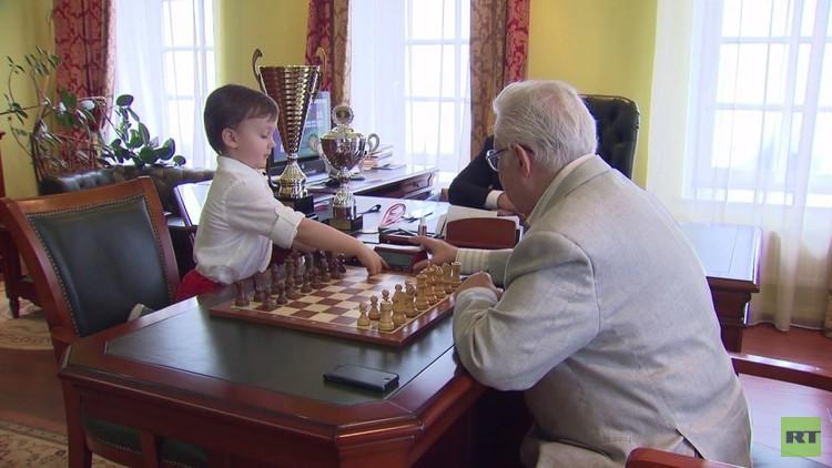 طفل يجاري كبار لاعبي الشطرنج في روسيا
