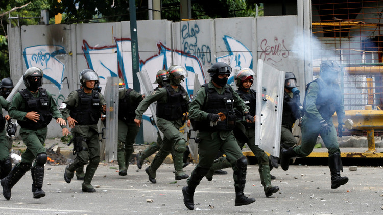 فنزويلا.. الشرطة تفرق محتجين بالغاز المسيل للدموع
