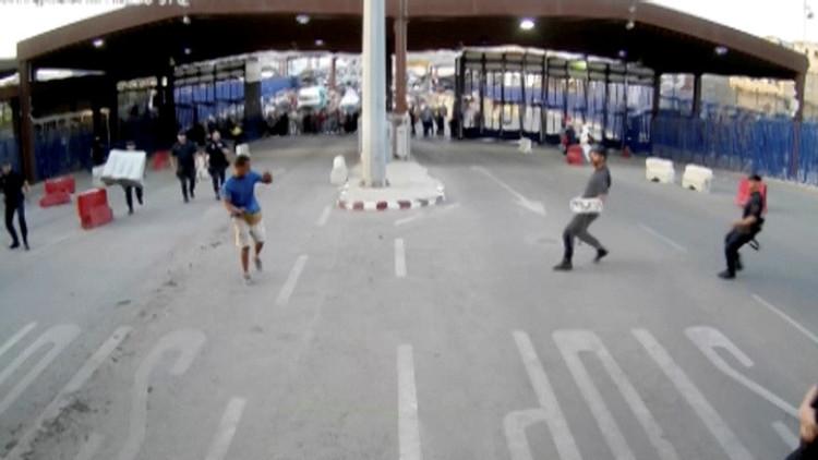 لحظة هجوم شاب يحمل سكينا على الشرطة الإسبانية عند الحدود مع المغرب