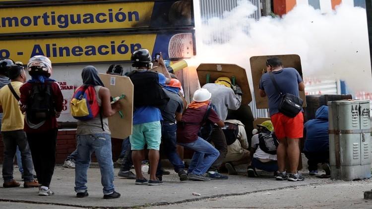 مصرع 7 أشخاص في فنزويلا وواشنطن تدعو أسر موظفي سفارتها لمغادرة البلاد