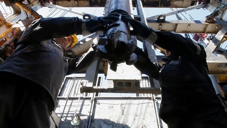 أسعار النفط تحوم عند أعلى مستوياتها في 8 أسابيع