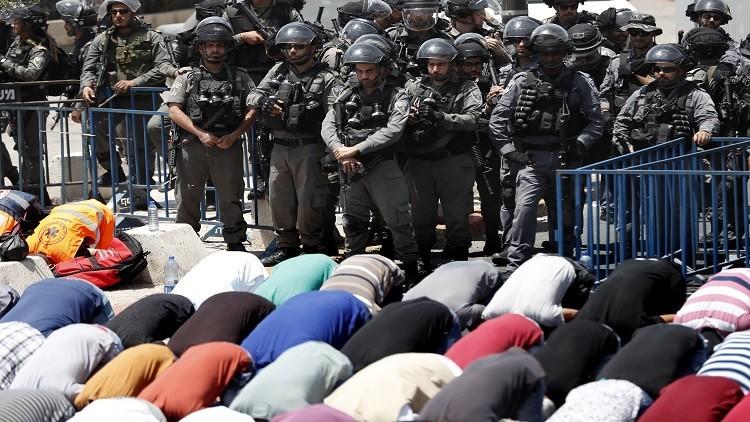 آلاف الفلسطينيين يتدفقون إلى الأقصى بعد رفع السلطات الاسرائيلية القيود التي فرضتها صباحا