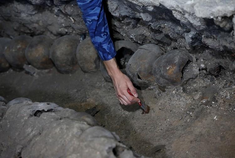 بالصور والفيديو.. اكتشاف برج من الجماجم البشرية في المكسيك يعود لحضارة الأزتيك