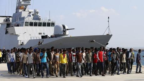 مهاجرون بعد نزولهم من سفينة تابعة لخفر السواحل الإيطالي (صورة من العام 2015)
