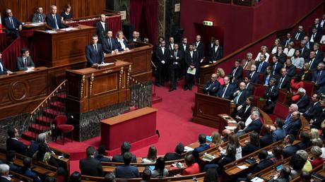 الرئيس الفرنسي إيمانويل ماكرون يلقي خطابا أمام أعضاء البرلمان في قصر فرساي