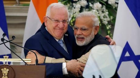 رئيس الوزراء الهندي، ناريندرا مودي، والرئيس الإسرائيلي، رؤوفين ريفلين (صورة أرشيفية).