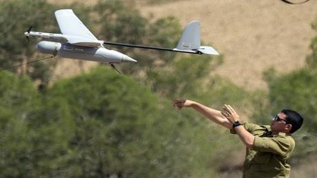 أرشيف - جندي إسرائيلي يطلق طائرة بلا طيار من طراز Skylark