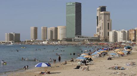 مصطافون على أحد شواطئ طرابلس - أرشيف