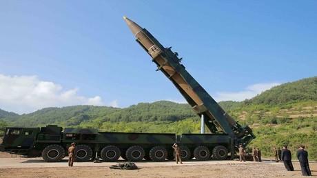 """كيم جونغ أون يعاين الصاروخ البالستي العابر للقارات """"هواسونغ -14"""" (المريخ 14)، كوريا الشمالية 4 يوليو 2017"""