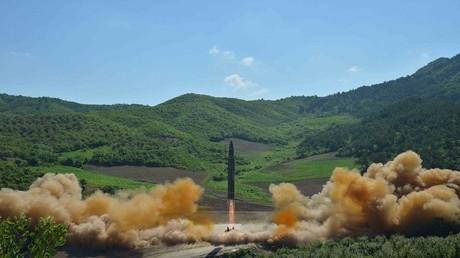 """الصاروخ """"هواسونغ 14"""" البالستي الذي يعتقد أنه عابر للقارات أطلقته كوريا الشمالية الثلاثاء 4 يوليو 2017"""