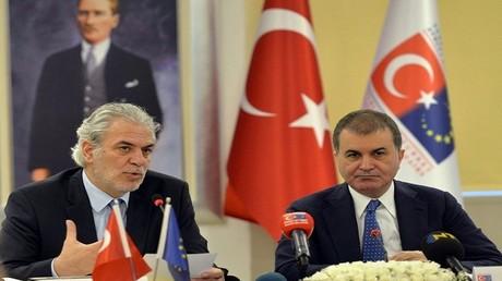 عمر جليك، الوزير التركي لشؤون الاتحاد الأوروبي، ويوهانس هان المفوض الأوروبي للتوسعة وسياسة الجوار