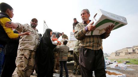 توزيع مساعدات إنسانية لنازحي الموصل