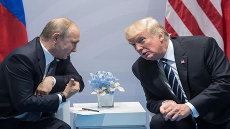 الرئيسان دونالد ترامب وفلاديمير بوتين في لقائهما الأول